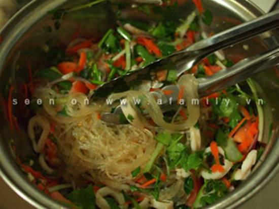 Công thức làm salad miến hải sản chua ngọt thơm ngon cho thực đơn ngày hè phần 5