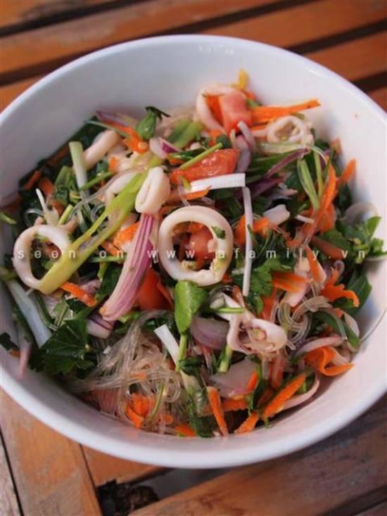 Công thức làm salad miến hải sản chua ngọt thơm ngon cho thực đơn ngày hè phần 6
