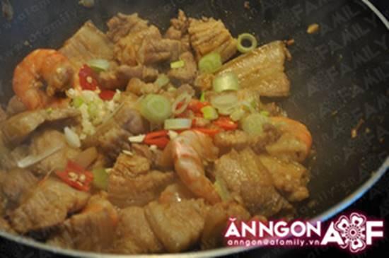 Cách nấu tôm kho thịt kiểu Huế đậm đà thơm ngon cho ngày se lạnh phần 11