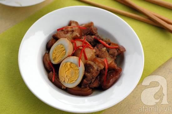 Cách làm thịt heo quay kho trứng đậm đà thơm ngon cho bữa cơm tối phần 1