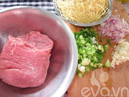 Cách làm món mì trứng cuốn thịt giòn ngon hấp dẫn cho các bé phần 1